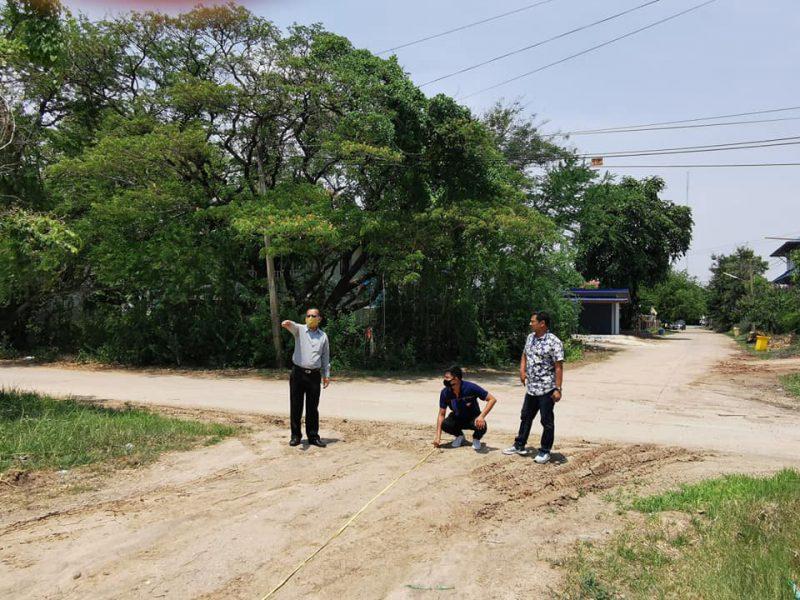 นายบรรเจิด สอพิมาย นายกองค์การบริหารส่วนตำบลในเมืองและผู้อำนวยการกองช่าง นายช่างโยธา ออกสำรวจพื้นที่เพื่อดำเนินการก่อสร้างถนนบริเวณศูนย์ราชการ